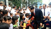 Đồng chí Trần Thanh Mẫn thăm, tặng quà nhân dịp Giáng sinh cho các em nhỏ tại Nhà tình thương họ đạo Búng