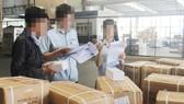 Cán bộ hải quan kiểm tra hàng hóa tại cảng trên địa bàn TPHCM. Ảnh minh họa