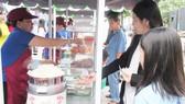 Phố hàng rong đầu tiên của quận 1 ở đường Nguyễn Văn Chiêm được tổ chức khang trang, sạch đẹp. Ảnh: KIỀU PHONG