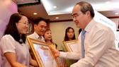 Ủy viên Bộ Chính trị, Bí thư Thành ủy TPHCM Nguyễn Thiện Nhân tặng bằng khen cho các tập thể tại Hội nghị Tổng kết công tác tuyên Giáo. Ảnh: VIỆT DŨNG