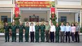 Chủ tịch UBND TPHCM Nguyễn Thành Phong cùng Thiếu tướng Du Trường Giang, Phó Tư lệnh Quân khu 7 chụp ảnh lưu niệm cùng Tiểu đoàn Vệ binh 180. Ảnh: DŨNG PHƯƠNG