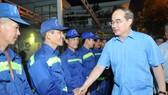 Đồng chí Nguyễn Thiện Nhân thăm hỏi công nhân Công ty TNHH MTV Môi trường đô thị TPHCM. Ảnh: CAO THĂNG