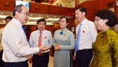 Bí thư Thành ủy TPHCM Nguyễn Thiện Nhân trao đổi cùng các đồng chí lãnh đạo TPHCM tại kỳ họp HĐND TP. Ảnh: VIỆT DŨNG