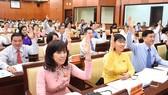 Các đại biểu biểu quyết thông qua Nghị quyết tại kỳ họp họp thứ 9 HĐND TPHCM khóa IX. Ảnh: LH