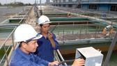 Nhân viên Nhà máy nước Tân Hiệp đang kiểm tra hệ thống cung cấp nước cho người dân TPHCM. Ảnh: Thanh Tâm