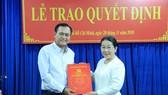 Phó Bí thư Thành ủy Võ Thị Dung trao quyết định cho ôngTrần Trường Sơn. Ảnh: KIỀU PHONG