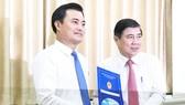 Chủ tịch UBND TPHCM Nguyễn Thành Phong trao quyết định cho ông Bùi Xuân Cường. Ảnh: KIỀU PHONG