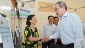 Bí thư Thành uỷ TPHCM Nguyễn Thiện Nhân thăm hỏi người dân về dịch vụ hành chính công tại UBND quận Bình Thạnh.