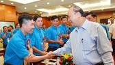 Thủ tướng Nguyễn Xuân Phúc thăm hỏi các công nhân dự cuộc họp mặt