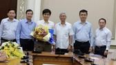 Ông Lê Văn Dũng (thứ 3 từ trái sang) tại buổi nhận quyết định. Ảnh: KIỀU PHONG