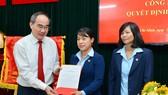Đồng chí Nguyễn Thiện Nhân trao quyết định cho đồng chí Nguyễn Thị Phương Mai và đồng chí Bùi Thị Sáu. Ảnh: VIỆT DŨNG