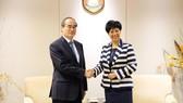 Bí thư Thành ủy TPHCM Nguyễn Thiện Nhân trao đổi với Bộ trưởng thứ 2, Bộ Giáo dục Singapore Indranee Rajah. Ảnh: KIỀU PHONG