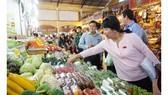 Bà Thi Thị Tuyết Nhung, Trưởng Ban Văn hóa - Xã hội, HĐND TPHCM kiểm tra an toàn thực phẩm tại chợ Bến Thành