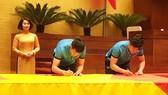 Tuyển thủ U23 Việt Nam cùng ký lên lá cờ 54m² Chủ tịch Quốc hội mang về từ Lũng Cú  