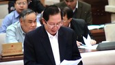 Bộ trưởng Bộ Nội vụ Lê Vĩnh Tân trình bày tờ trình tại phiên họp