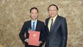 Ông Lê Công Thành, Thứ trưởng Bộ Tài nguyên và Môi trường trao quyết định bổ nhiệm ông Trần Hồng Thái, Phó Tổng cục trưởng phụ trách Tổng cục Khí tượng thủy văn - giữ chức vụ Tổng cục trưởng Tổng cục Khí tượng thủy văn