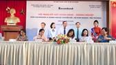 Các hộ tiểu thương tại TPHCM ký kết hợp đồng tín dụng vay vốn với Sacombank sáng ngày 30-11