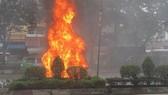 Ô tô bốc cháy dữ dội trên đường phố TPHCM