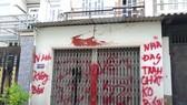 Căn nhà của gia đình cô giáo bị giang hồ khủng bố bằng sơn, mắm tôm... Ảnh: ĐAN NGUYÊN