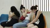 Các cô gái tại trụ sở công an