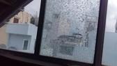 Nhiều cửa kính nhà dân bị phá hoại. Ảnh: CHÍ THẠCH