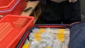Lô hàng ĐTDĐ được cất giấu trong hành lý của nam hành khách Hàn Quốc. Ảnh: ĐAN NGUYÊN