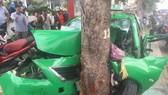 Đầu xe dính chặt vào cây xanh. Ảnh: CHÍ THẠCH