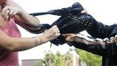 Nhóm thanh niên dùng dao khống chế người phụ nữ cướp nữ trang