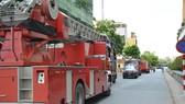 Ngọn lửa bốc cháy từ căn hộ của chung cư The Vista An Phú khiến nhiều người dân hoảng sợ. Ảnh: C.T