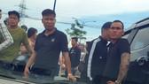 Nhóm giang hồ chặn vây xe công an ở tỉnh Đồng Nai. Ảnh: N.Y.