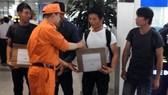 Đại diện Trung tâm Phối hợp tìm kiếm cứu nạn hàng hải Việt Nam chúc mừng các thuyển viên trở về
