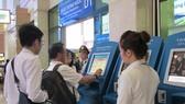 Hành khách làm thủ tục lên máy bay tại sân bay Tân Sơn Nhất