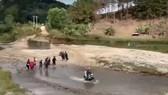Cầu Đăk Pam sập 8 năm không sửa khiến người dân vất vả lội suối đi lại. Nguồn: ảnh chụp từ video của VTV