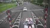 Taxi đâm hất nhân viên hàng không lên nắp capo (ảnh cắt từ clip)