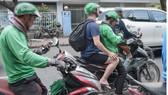 Đề nghị chấm dứt hợp đồng với tài xế Grab Bike sử dụng điện thoại khi lái xe