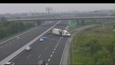Xe container đi ngược chiều trên cao tốc (ảnh cắt từ clip)