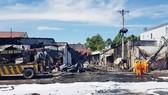 Hiện trường vụ xe bồn chở xăng gây cháy khiến 6 người thiệt mạng và nhiều ngôi nhà bị thiêu rụi hôm 22-11 tại Bình Phước