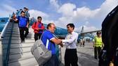 Đông đảo người hâm mộ chào đón đội tuyển bóng đá nam về nước
