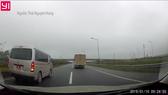 Xe biển đỏ đi lùi trên cao tốc ngày 10-1 (ảnh cắt từ clip)