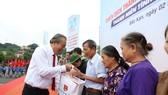 Phó thủ tướng Thường trực Trương Hòa Bình trao quà cho người dân tỉnh Bắc Kạn