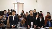 Đạo diễn Nguyễn Việt Tú và đại diện Công ty cổ phần Tuần Châu Hà Nội nghe phần phán quyết của toà về vụ tranh chấp