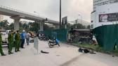 Chiếc ô tô gây tai nạn lật ngửa bên đường sau khi lao vào hàng loạt xe máy