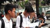 Các thí sinh ôn bài trước khi thi