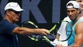Toni Nadal (trái) tin rằng Nadal sẽ cân bằng 19 Grand Slam của Federer