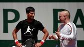 Novak Djokovic sẽ giữ Andre Agassi (phải) làm HLV trưởng