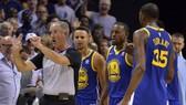 Curry (giữa) và KD (số 35) đã bị đuổi khi Warriors thua trận thứ 2 trong mùa