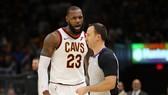 LeBron James tranh cãi với trọng tài Kane Fitzgerald sau khi bị đuổi khỏi sân