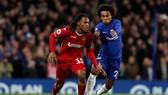 Renato Sanches (trái) đang tranh bóng với Willian của Chelsea