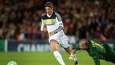 """Fernando Torres đi bóng qua Victor Valdes trước khi tung ra """"nhát dao định mệnh"""" hồi năm 2012"""