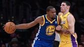 Kevin Durant trước sự kèm cặp của một cầu thủ LA Lakers